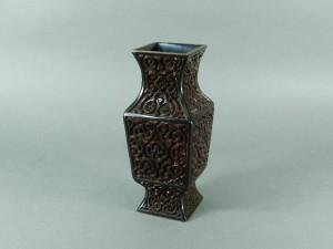 14-DSCN8796中国 堆朱堆黒 彫漆 倶利(屈輪)模様 角型花入(花瓶)